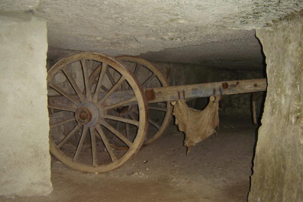 Charrette de transport de pierres dans une salle semi-souterraine